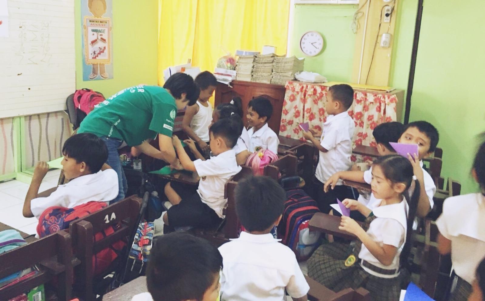 フィリピンの学校で幼い子供たちの学習をサポートする高校生ボランティア肥田凜音さん